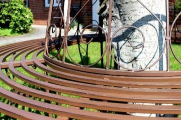 Schmiedeeisen Baumbank von Dandibo am Baum